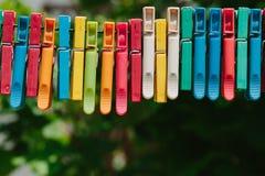 Красочная группа в составе зажимки для белья на веревочке Стоковая Фотография