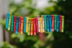 Красочная группа в составе зажимки для белья на веревочке Стоковое Изображение RF