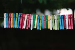 Красочная группа в составе зажимки для белья на веревочке Стоковое Изображение