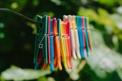 Красочная группа в составе зажимки для белья на веревочке Стоковые Фото