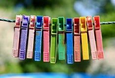 Красочная группа в составе очень старые и используемые зажимки для белья на веревочке Стоковые Фотографии RF