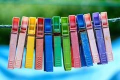 Красочная группа в составе очень старые и используемые зажимки для белья на веревочке Стоковое Изображение RF