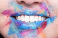 Красочная губная помада губ, открытый крупный план рта, яркие зубы Стоковое Изображение RF