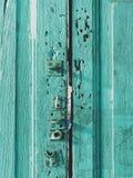 Красочная деревянная поверхность двери при замок покрашенный с цветом зеленых, голубых, или аквамарина в винтажном и ретро стиле Стоковая Фотография