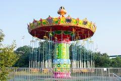 Красочная езда качания в парке атракционов Стоковое Фото