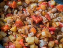 Красочная жаря еда в конце сковороды вверх Стоковая Фотография RF