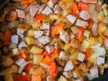 Красочная жаря еда в конце сковороды вверх Стоковые Изображения RF
