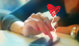 Красочная женщина играя болтовню с парнем на концепции мобильного телефона, нежности и нерезкости Стоковое Изображение