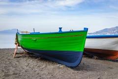 Красочная зеленая рыбацкая лодка на пляже песка берега прибрежном в Pos Стоковые Изображения