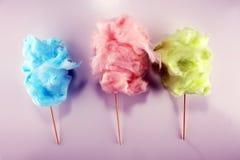 Красочная зубочистка конфеты хлопка сладкие еда партии в пинке и зеленый стоковая фотография rf