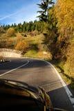Красочная изгибая дорога осени стоковые изображения rf