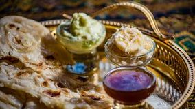 Красочная индийская еда, naan хлеб, чатни, банан, макрос, селективный фокус Стоковые Изображения