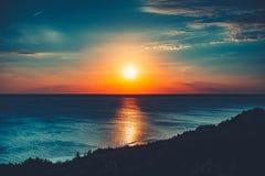 Красочная и драматическая предпосылка неба захода солнца стоковая фотография rf