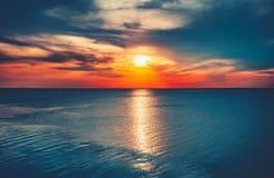 Красочная и драматическая предпосылка океана неба захода солнца стоковое изображение