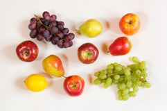 Красочная картина еды сделанная из яблок, груш, лимона и виноградины Стоковое Фото