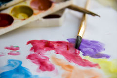Красочная картина на белой бумаге с щеткой меха белки и Стоковое Изображение