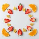Красочная картина сделанная из цитрусовых фруктов и клубник E стоковые изображения
