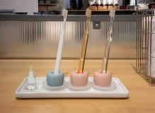 Красочная керамическая стойка зубной щетки на деревянной полке Стоковые Фото