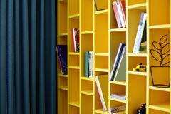Красочная книжная полка в комнате детей Стоковые Изображения RF
