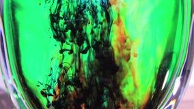 Красочная краска плавая вниз акции видеоматериалы