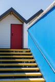 Красочная красная дверь, при каждое одно будучи пронумерованным индивидуально, белых пляжных домиков на солнечный день, взгляд см стоковые фотографии rf