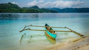 Красочная местная шлюпка на острове Friwen, западном папуасские, радже Ampat, Индонезии Стоковые Изображения