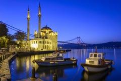 Красочная мечеть и Bosphorus Ortakoy наводят отражение на море стоковые изображения