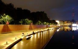 Красочная ночная жизнь вдоль реки в милане Стоковое Фото