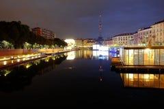 Красочная ночная жизнь вдоль реки в милане Стоковое фото RF