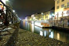 Красочная ночная жизнь вдоль реки в милане Стоковые Изображения RF