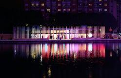 Красочная ночная жизнь вдоль реки в милане Стоковые Фотографии RF