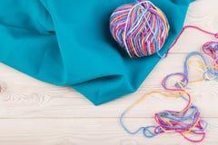 Красочная ложь пачки на голубой ткани стоковые фото