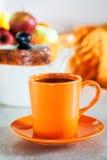 Красочная оранжевая чашка черного чая Стоковые Фото