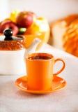 Красочная оранжевая чашка черного чая Стоковое Изображение