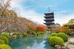 Красочная осень на виске Toji в Киото Стоковые Изображения RF