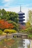 Красочная осень на виске Toji в Киото Стоковые Изображения