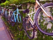 Красочная пастельная смертная казнь через повешение велосипеда, штабелируя на стене дерева Стоковое фото RF