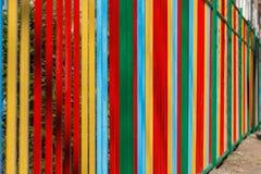 Красочная покрашенная загородка металла на солнечный день Стоковая Фотография