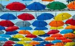 Красочная предпосылка зонтиков Красочные зонтики в небе Украшение улицы Стоковые Фотографии RF