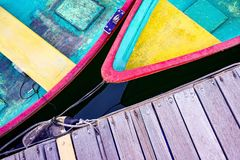 Красочная рекреационная шлюпка, деревянная пристань от угла взгляд сверху Стоковое Изображение