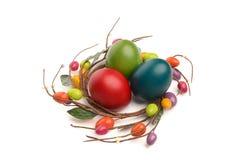 Красочная рука покрасила пасхальные яйца с украшением гнезда пасхального яйца круга вокруг их. Стоковые Изображения RF