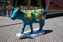 Красочная синь покрасила корову на набережной Элизабета в городе Перта как PA Стоковые Изображения