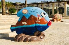 Красочная скульптура рыб с морем, гор, солнца, чаек покрашенных на ем, музея города, Eilat Стоковые Фото
