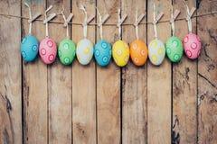 Красочная смертная казнь через повешение пасхального яйца на деревянной предпосылке Стоковые Фото