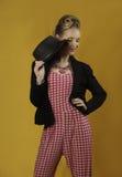 Красочная современная девушка штыря-вверх с шляпой и курткой Стоковое Изображение RF