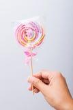 Красочная спиральная конфета леденца на палочке Стоковые Изображения RF