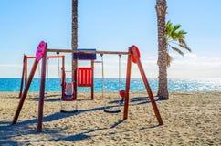 Красочная спортивная площадка на пляже на горячий день, Playgr ` s детей Стоковое Фото