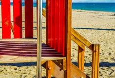 Красочная спортивная площадка на пляже на горячий день, Playgr ` s детей Стоковая Фотография