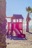 Красочная спортивная площадка на пляже на горячий день, Playgr ` s детей Стоковое Изображение
