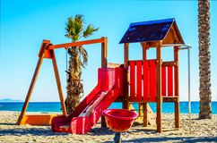 Красочная спортивная площадка на пляже на горячий день, Playgr ` s детей Стоковое фото RF